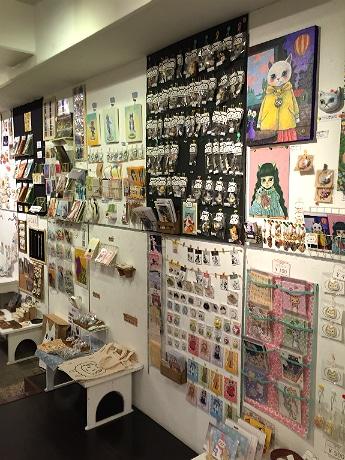 イラストや写真、アクセサリー、陶器など60組が猫に関する作品を展示・販売する場内
