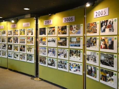 30年間の活動を写真や資料で紹介する「30年展」の様子