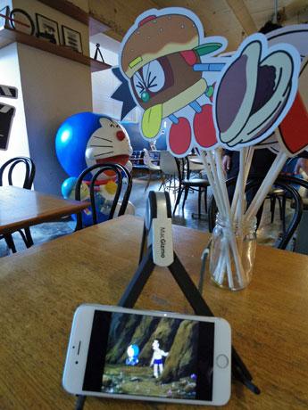 テーブルに設置したiPhoneなどで「映画ドラえもん」35作品が見られる