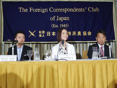 会見を開いた「東京レインボープライド」共同代表の杉山文野さん(写真左)ら