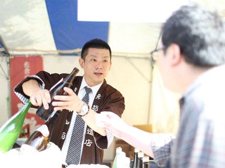 各地から来場する蔵元らが来場客に酒を提供する(写真は昨年の様子)
