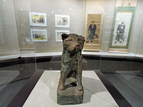 初代・忠犬ハチ公像を手掛けた彫刻家の安藤照が制作した試作像(中央)などを展示する場内