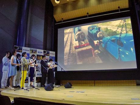 その場で日本語の吹き替えを行う「ライブシネマ」上映が特長
