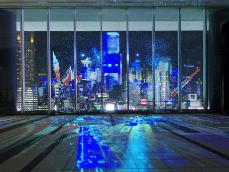 渋谷の未来をファンタジックに表現した映像を窓に投影している