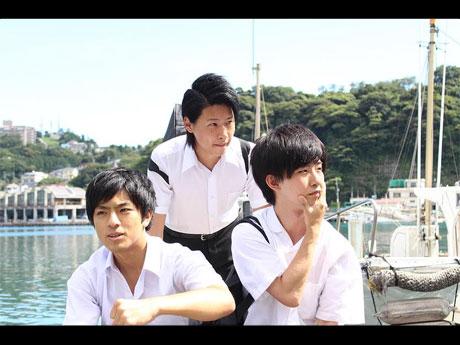 漁村に暮らす男子高校生3人組と転校してきた美少女のひと夏の物語「真夏の夢」より