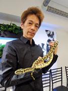 原宿にヘビカフェ「東京スネークセンター」 20種30匹超飼育、触れ合いサービスも