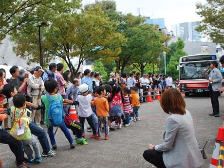 大型バスとの綱引き(写真は昨年開催時の様子)なども行う