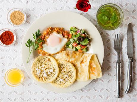 四角いクレープ「ムサンメン」とパンケーキ「バグリール」を中心にしたプレート