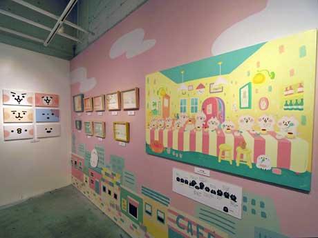 描き下ろしの大型作品「三時の団欒(だんらん)」(写真右)などを展示する場内