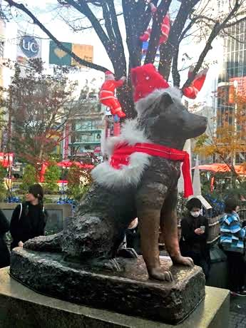 サンタ帽子などでクリスマス仕様になっているハチ公像