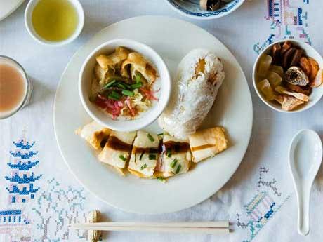 揚げパンのような「油条」や玉子焼き「ダンピン」、もち米のおにぎり「飯団」などのプレート(1,620円)