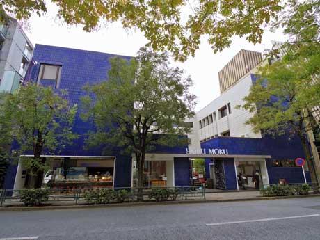 青いタイルが目を引く青山本店の外観