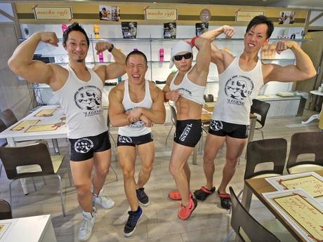 左から「マッチョ29」の植田知成さん・相澤翼さん・サイヤマングレートさん・山崎徳義さん