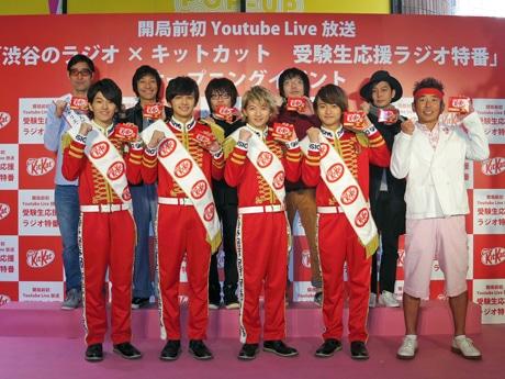 公開放送に出演する面々。写真左上がパーソナリティーの小宮山雄飛さん