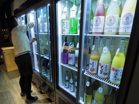 100種類以上をそろえる冷蔵庫から好きな酒を選んで飲める(写真は姉妹店の様子)