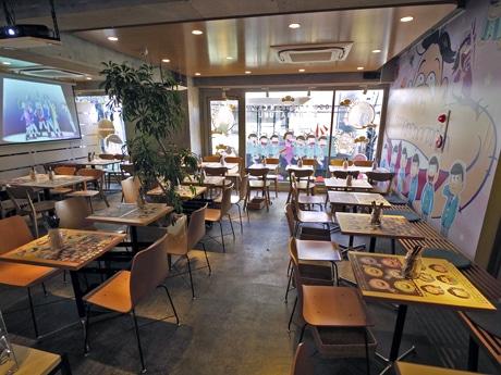 現在アニメ「おそ松」さんとのコラボカフェを展開している店内