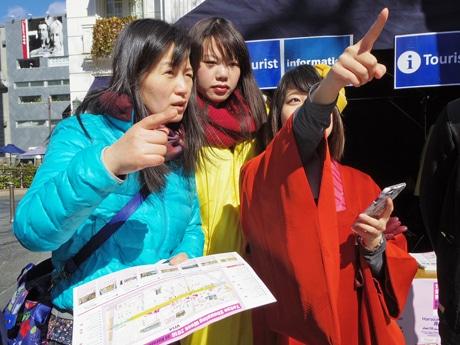 留学生や着物を着た学生がコンシェルジュとして観光案内などをしている