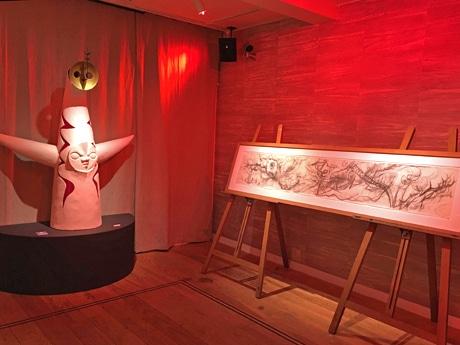 「明日の神話」制作時に描いた幅2メートルの木炭デッサン(写真右)