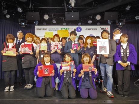 大賞を受賞した星野源さん(中央)とCDショップの店員たち