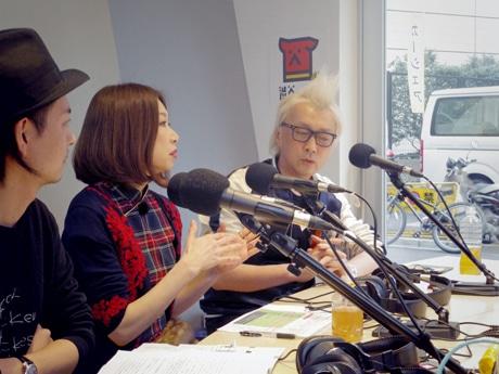 特別番組でトークを繰り広げる箭内道彦さん(右)と野宮真貴さん(中央)