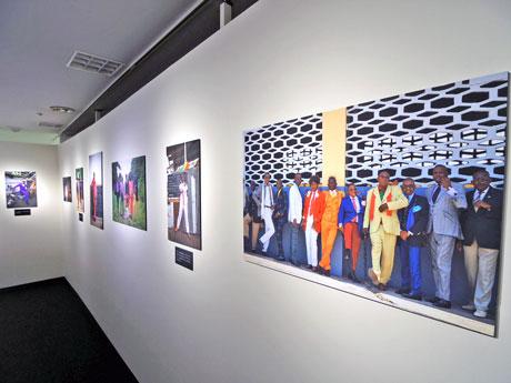 コンゴで50人以上を撮影した写真が並ぶ場内