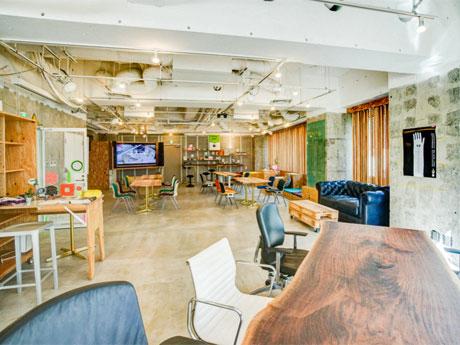 飛騨材を使ったテーブルなどを配置して作業スペースなども設けた店内