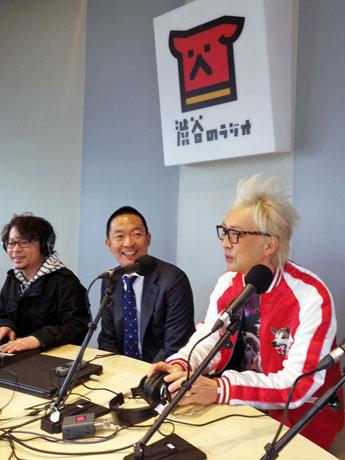本放送開始に当たり出演した長谷部健区長(中央)と箭内道彦さん(右)