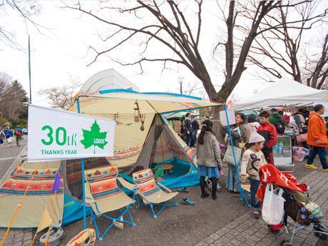 テントなどのアウトドア商品やアウトドア向けの車などが並ぶ会場(昨年開催時の様子)