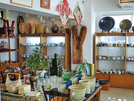 出店する陶磁器や和紙、染織品などをそろえる「べにや民芸店」