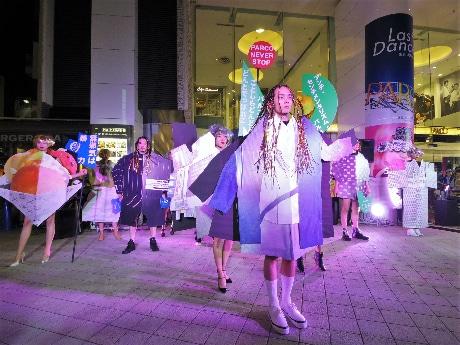 栗原類さん(中央)らが参加したファッションショー