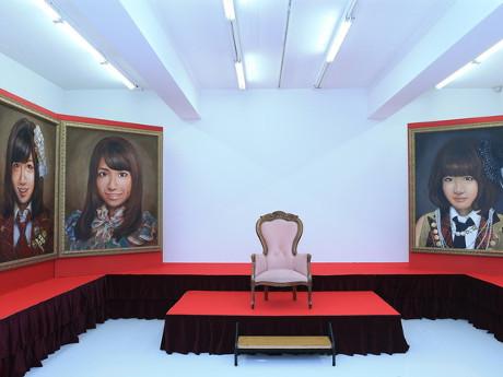 1位に選ばれたメンバーが座れる椅子などを展示する場内(昨年開催時の様子)©AKS