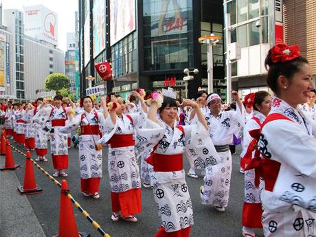 文化村通りなどを踊り手たちが練り歩く(写真は昨年開催時の様子)