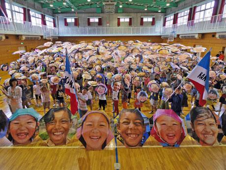 子どもの笑顔をプリントした傘約350本を開いた