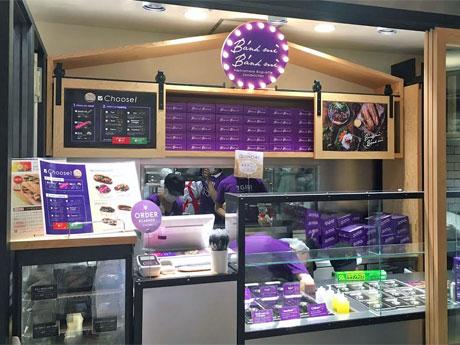 ブランドからの紫色を基調にする店舗