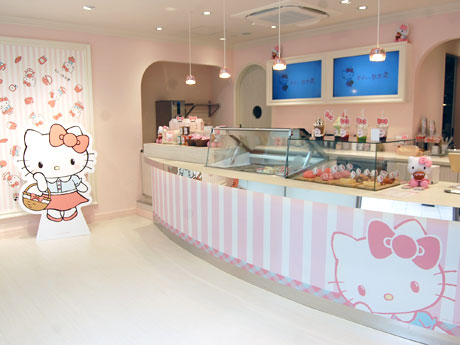 フォトスポット(写真左手)も用意するピンクと白が基調の店内
