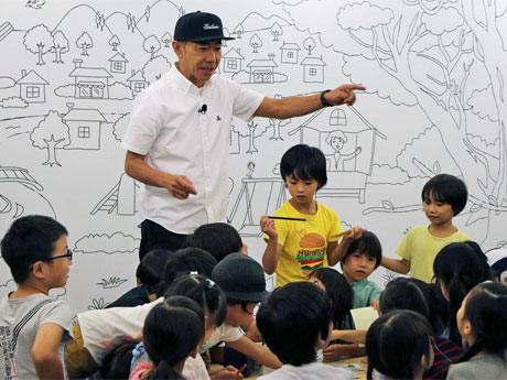 子どもたちとワークショップを行った木梨憲武さん