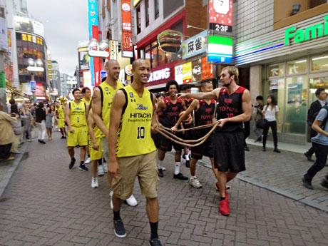 バスケ通りをパレードしたサンロッカーズ渋谷の選手(黄色のユニホーム)とアルバルク東京の選手