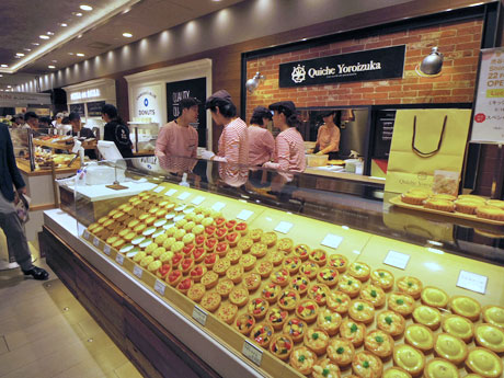 「キッシュヨロイヅカ」「カムデンズブルースタードナツ」など軽食系の店舗が並ぶ一角