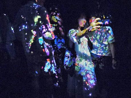鑑賞者の体に「花」のデジタルアートを投影する「Flowers Bloom on People(人に咲く花)」