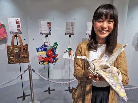 グランプリに選ばれた「折り鶴バッグ」を制作した大学生の「ピーちゃん」さん