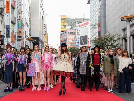 通りを交通規制して開いたファッションショーには西内まりやさん(中央)がゲスト出演した