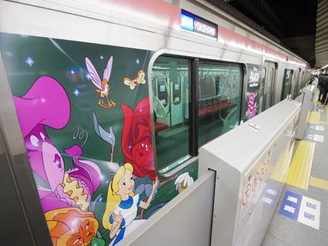 ディズニーキャラクターのラッピングを施した東横線