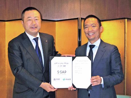 (左から)伊藤園本庄大介社長と長谷部健渋谷区長