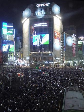 人で埋め尽くされた渋谷駅前交差点、写真はカウントダウンの様子(7秒前)