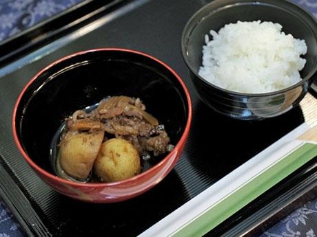 当日は松花堂弁当にして提供する肉じゃが(写真は2014年提供時のもの)