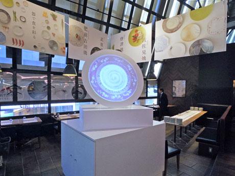 陶磁器をプロジェクションマッピングで投影するモニュメントなどを設置する店内