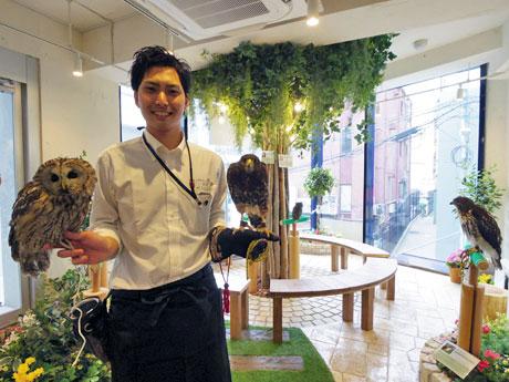 「(猛禽類の)魅力を伝えたい」と話す深澤大輝店長