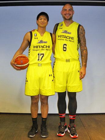 (左から)筑波大・杉浦佑成選手(195センチ)と元NBAロバート・サクレ選手(213センチ)