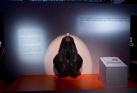 デザイナー山本寛斎さんが手掛けた衣装「トーキョーポップ」も登場する©Victoria and Albert Museum, London
