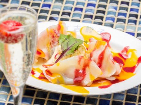 あんこイチゴを包みマンゴーとベリーのソースをかける「いちご大福餃子」